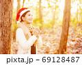 クリスマスのイメージ サンタ帽の女性 69128487