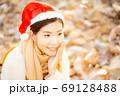 クリスマスのイメージ サンタ帽の女性 69128488