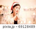 クリスマスのイメージ サンタ帽の女性 69128489