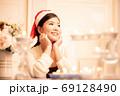 クリスマスのイメージ サンタ帽の女性 69128490