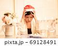 クリスマスのイメージ サンタ帽の女性 69128491