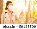 秋の健康イメージ マスクの女性 69128509