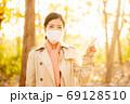 秋の健康イメージ マスクの女性 69128510
