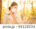 秋の健康イメージ マスクの女性 69128534