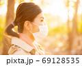 秋の健康イメージ マスクの女性 69128535