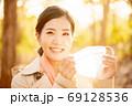 秋の健康イメージ マスクの女性 69128536