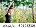 女性の健康イメージ 森の背景 69128589