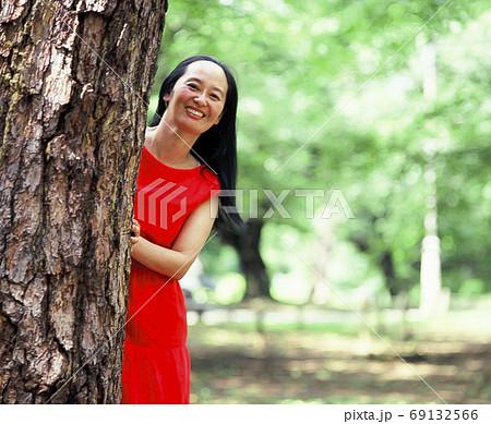 妻をパチリ、木陰から覗く美しき女性 69132566
