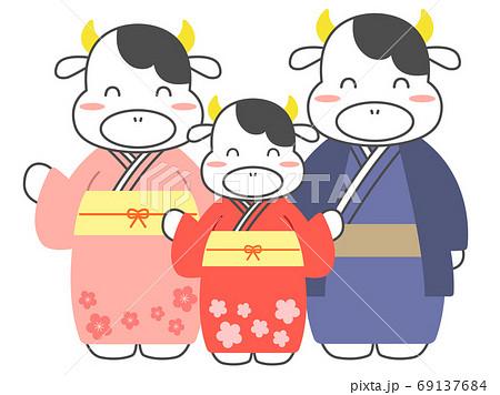 着物を着た牛の3人家族 69137684
