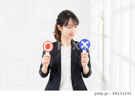 OKとNGのプラカードを持つ若いビジネスウーマン 69153245