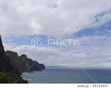 切り立った崖と海と水平線(オタモイ海岸) 69154687