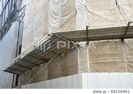 補修工事現場の朝顔(防護棚) 69156961