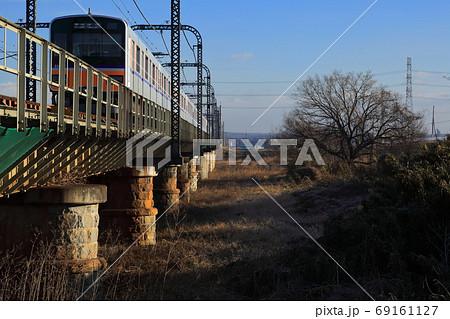 大正時代の小判型の煉瓦造りの橋脚と新型車両 69161127
