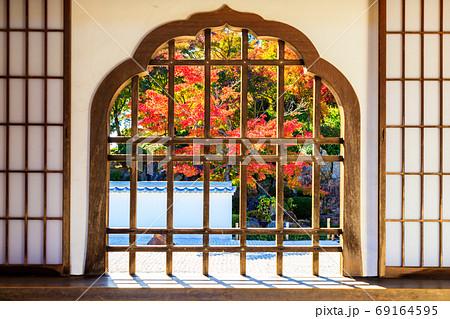秋の紅葉と窓の格子 69164595