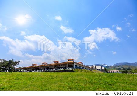 広い草原と山と快晴 69165021