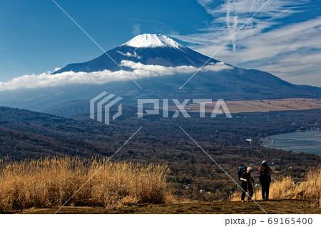 晩秋の鉄砲木ノ頭のハイカーと富士山 69165400