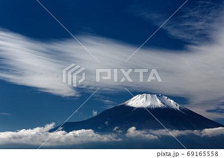 晩秋の山中湖畔・鉄砲木ノ頭から見る富士山 69165558