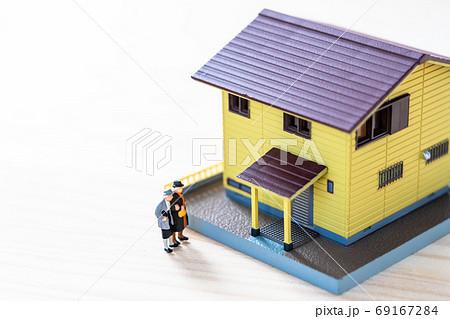 中古物件を見に来た家を欲しい老夫婦 69167284