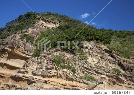 種子島の波に侵食された海食洞の奇岩 69167847
