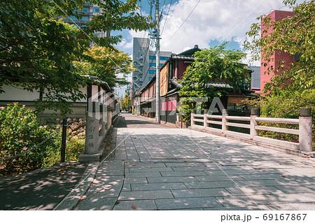 京都、高瀬川の上に架かる押小路橋と京都の街並み 69167867