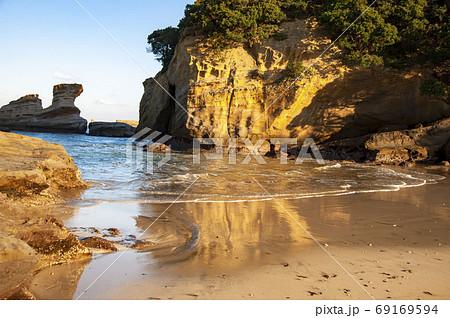 種子島の景勝地、朝日に照らされる美しい熊野海岸の奇岩 69169594