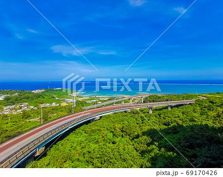 沖縄南城市のニライカナイ橋と海と青空 69170426
