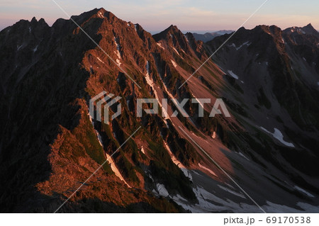 朝陽を受ける北アルプス・槍ヶ岳と穂高連峰 69170538