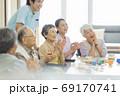 介護施設で過ごすシニア女性とシニア男性 老人ホーム 69170741