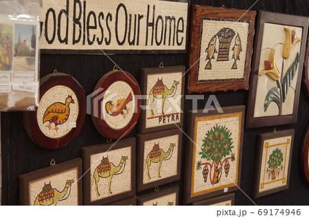 【ヨルダン】マダバ、店内に飾られたモザイクアートのお土産 69174946