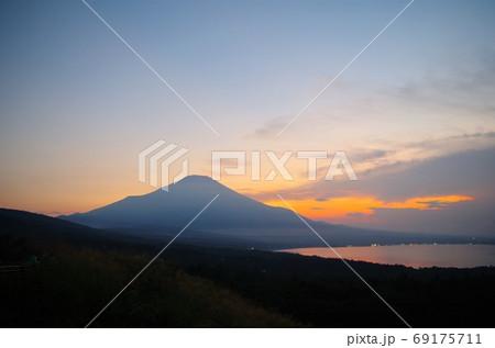 山中湖パノラマ台からの夕焼けの富士山 69175711