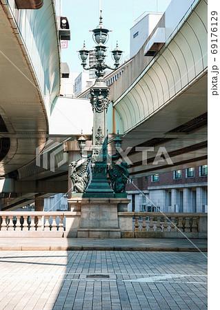日本橋の中央に埋め込まれた道路元標と日本橋中央柱の麒麟像 69176129