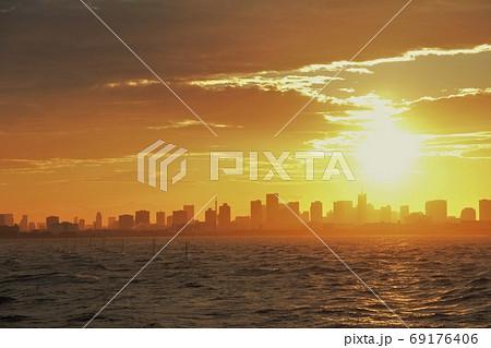 都会のビルに沈む燃えるような夕日 69176406