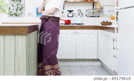 キッチンでリラックスする女性のイメージカット 69179610