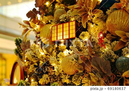 クリスマスシーズン到来を告げるツリー 69180637