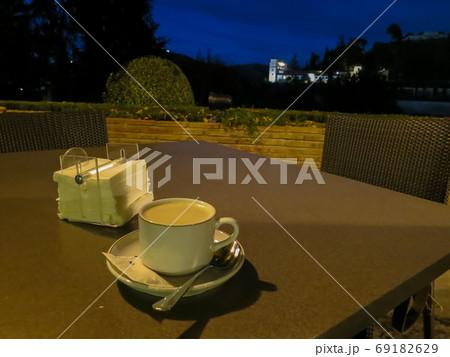 夕暮れのパラドールの中庭(スペイン・グラナダ) 69182629