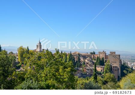 ヘネラリフェから見たアルハンブラ宮殿(グラナダ、スペイン・アンダルシア) 69182673