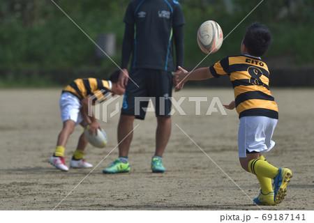 小学生男子 ラグビースクールの練習風景 69187141