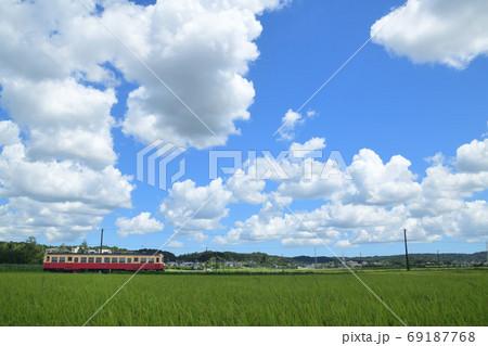 わたぐもが浮かぶ田園を走る小湊鉄道の単行列車 69187768