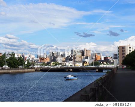 街と海が同居して橋の下に船が通る風景 69188127