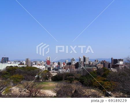 青空の下に広がる都市と木々あふれた公園 69189229