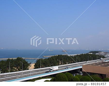 青空と海と福岡都市高速のある風景 69191457