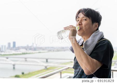 プライベートジムのベランダで水分休憩するさわやかな男性 69191829