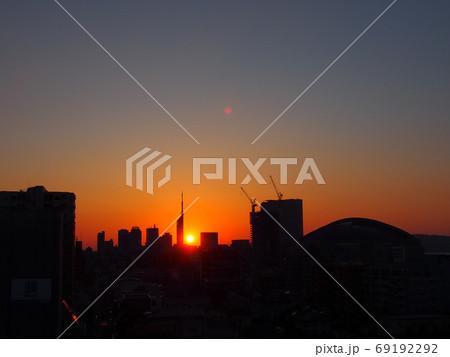 福岡タワーに陽が落ちる夕方の光景 69192292