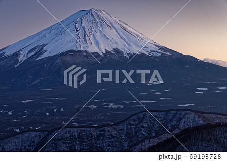 御坂山地・大石峠付近から見る残照の富士山 69193728