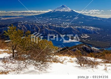 冬の御坂山地・雪頭ヶ岳から見る西湖と富士山 69194356
