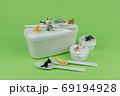 お弁当箱の上でくつろぐミニ粘土猫たち 69194928