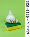 キッチン用スポンジの上で会話するミニ粘土猫家族A 69194929