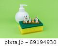 キッチン用スポンジの上で会話するミニ粘土猫家族B 69194930