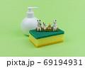 キッチン用スポンジの上で会話するミニ粘土猫家族C 69194931