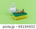 キッチン用スポンジの上で会話するミニ粘土猫家族D 69194932
